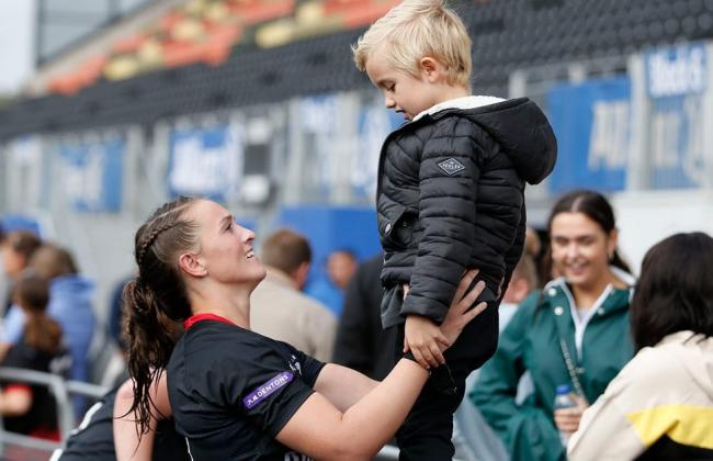 Jade Knight with her son (Credit: Saracens Women)