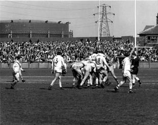 The Pavilion End – Saints v Warrington in 1966. The gasometer would have been the dominant landmark in the area in 1909-10.