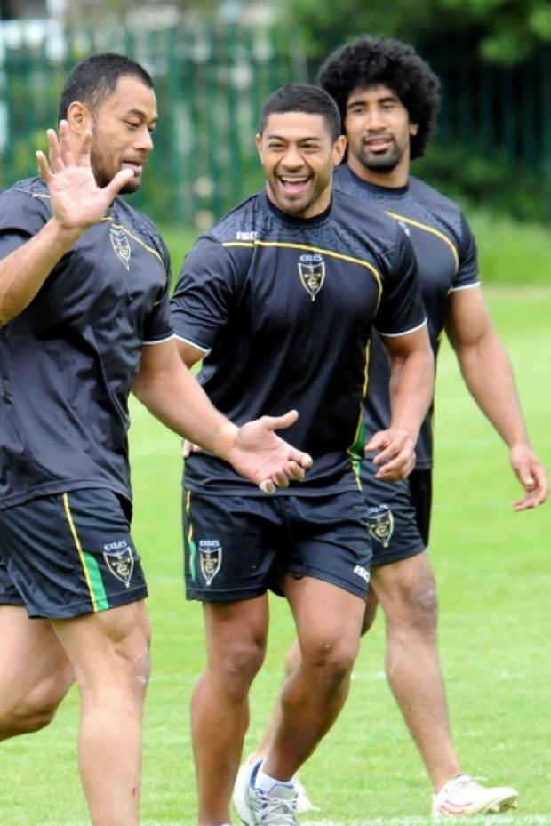 St Helens Star: Willie Manu (centre) trains with Tony Puletua and Sia Soliola for the Exiles last summer.
